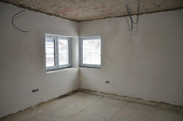 Hotové omítky. Na podlahu přijde položit tepelná izolace s vrstvou anhydritu, strop zakryje sádrokartonový podhled se stropním vytápěním. Foto: Jiří Hejhálek