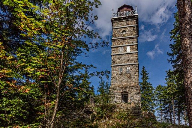 Rozhledna na Tisovském vrchu na Karlovarsku byla na konci 19. století vystavěna z žulových kvádrů. Stavba plní svou funkci dodnes, v devadesátých letech minulého století byla rekonstruována. Foto: Lioneska, Shutterstock