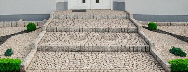 Schodiště tvořené žulovými dlažebními kostkami bude svým majitelům sloužit téměř navěky. Foto: Photomann7, Shutterstock