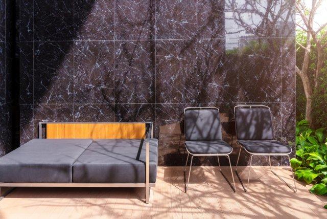 Mramor jako obklad zdi u terasy rodinného domu. Foto: TWStock, Shutterstock