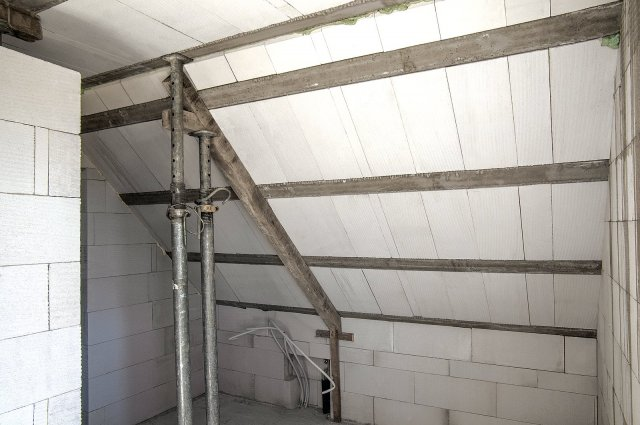 Masivní pórobetonové střechy Ytong Komfort poskytují excelentní ochranu před přehříváním interiéru a díky vysoké vzduchotěsnosti konstrukce střechy jsou ideálním řešením pro pasivní domy a domy s téměř nulovou spotřebou energie.