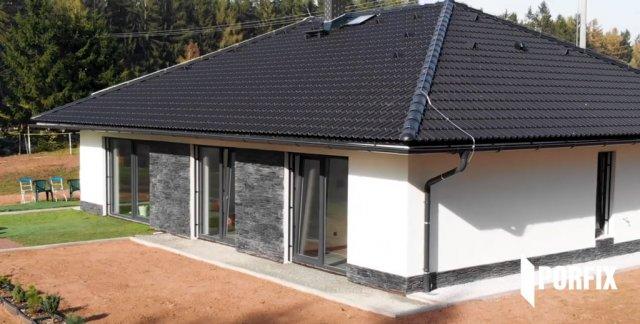 Tento rodinný dům v Podkrkonoší byl za použití tvárnic P2-400 a U-profilů PORFIX postaven bez dodatečné tepelné izolace.