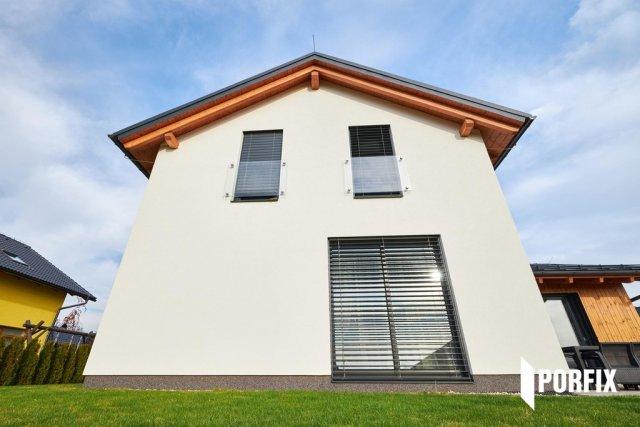 Tento rodinný dům v Krkonoších byl vybudován z pórobetonu. Majitel si daný materiál vybral pro jeho snadnou opracovatelnost a systémovou komplexnost.  Hrubá stavba byla hotová za pouhých 5 týdnů.
