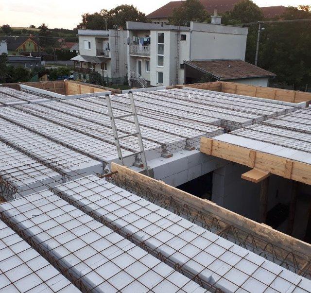 Stropní nosníky lze klást přímo na tvárnice nosných stěn a je potřeba je při betonáži podepřít montážními podpěrami. Následně jsou takzvaně na sucho vkládány stropní vložky