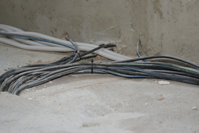 Všudypřítomné kabely na podlaze by v případě pokládky klasických polystyrenových či minerálních desek činily montážníkům potíže. Naproti tomu litý polystyren ThermoWhite bez problémů překryje všechny výstupky a vyplní veškeré dutiny.